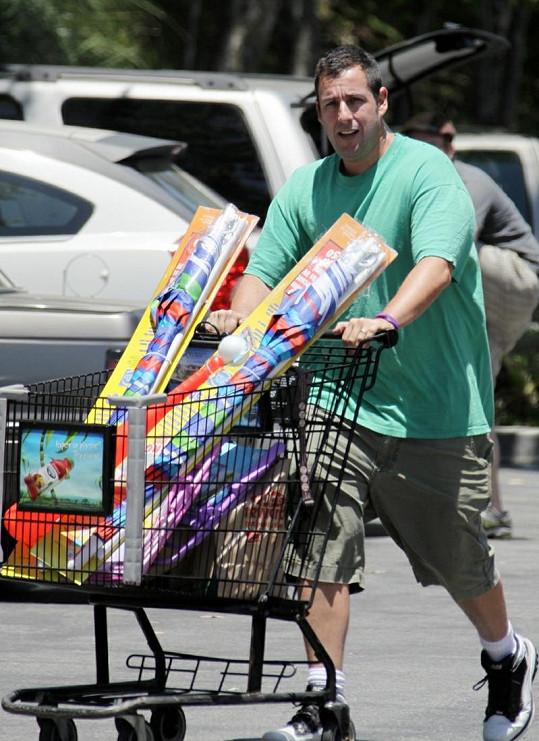Adam Sandler nakoupil svým dcerkám pořádkou plážovou výbavu.