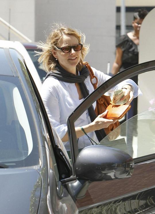 Jodie Foster vyráží se svou přítelkyní na nákupy.