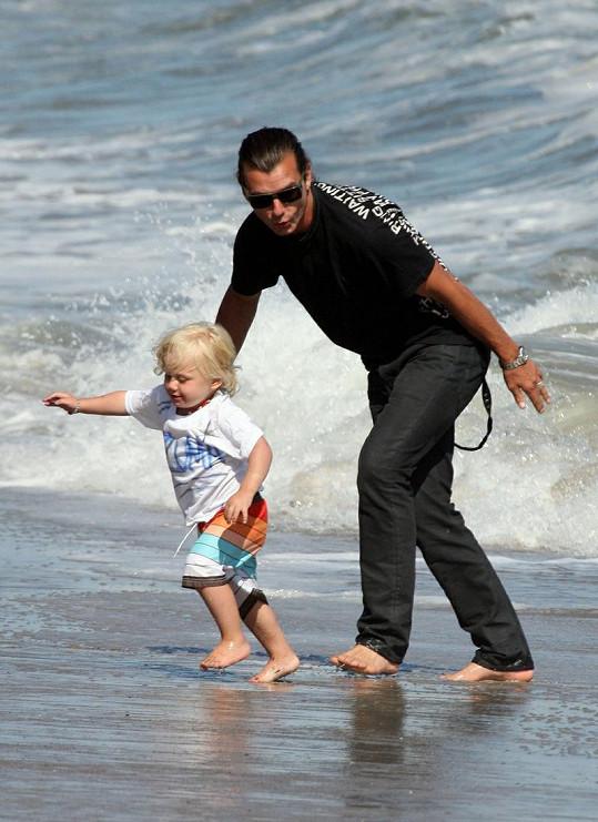 Tatínek Gavin Rossdale s čtyřletým Kingstonem a dvouletým Zumou.