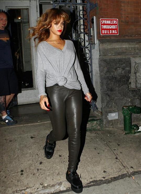 Večerním outfitem to Rihanna moc nevylepšila.
