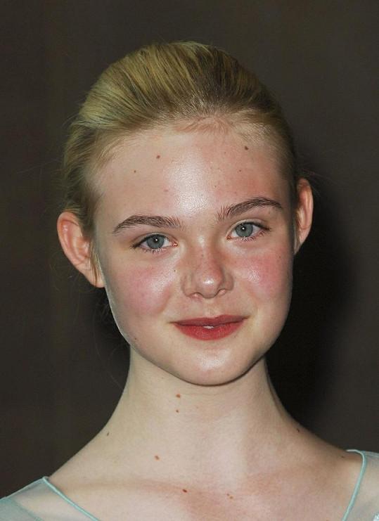 Mladá herečka je přirozeně krásná.
