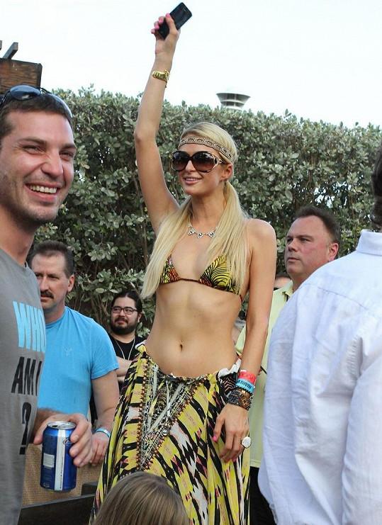 Paris Hilton v bikinách.