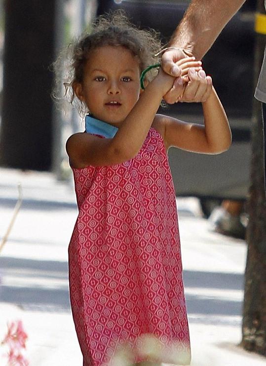 Rozkošné děvčátko se drží svého otce Gabriela Aubryho.