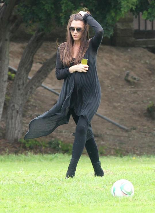David Beckham by jistě souhlasil, že jeho Victoria nezvolila na trávník ideální boty ani outfit.