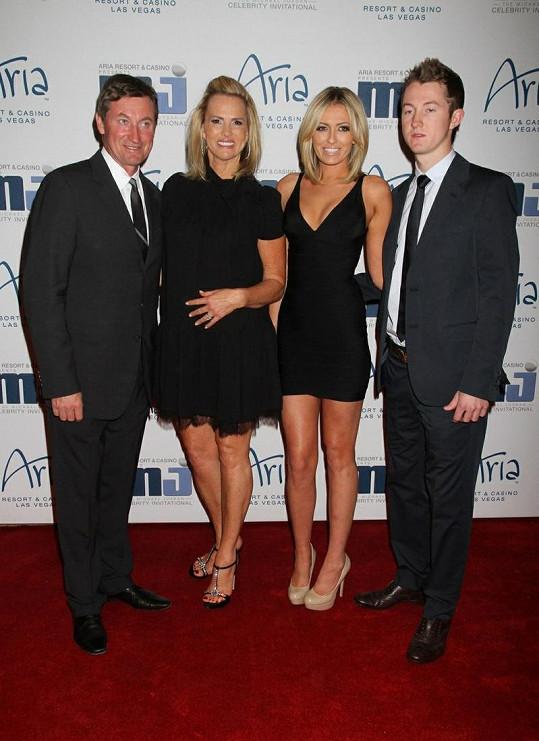 Paulina se svými rodiči a mladším bratrem.