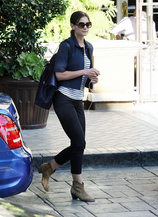 Herečka odchází ze schůzky v Beverly Hills.