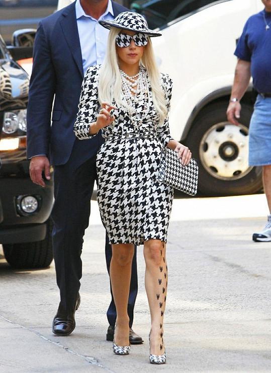 Dalo se těžko uvěřit tomu, že Lady Gaga přes brýle s kohoutí stopou vůbec vidí.