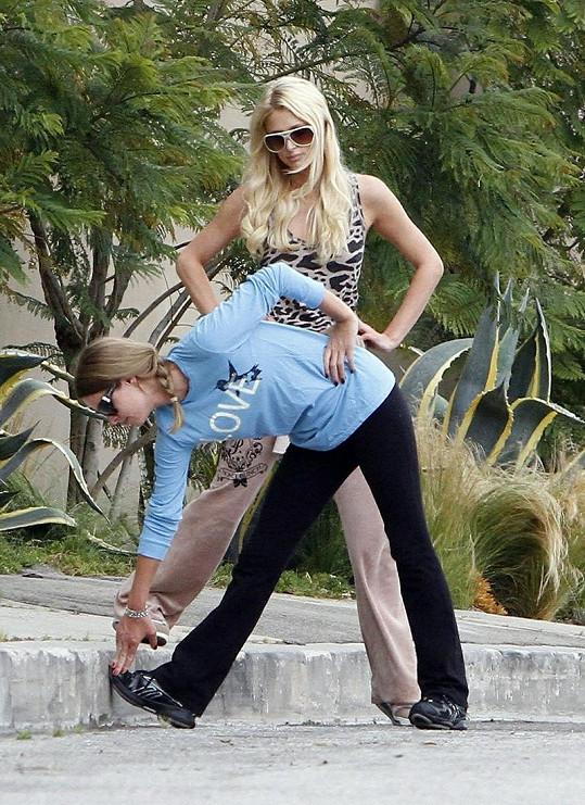 Mezitím, co se Nicky rozcvičovala, Paris se na ni dívala.