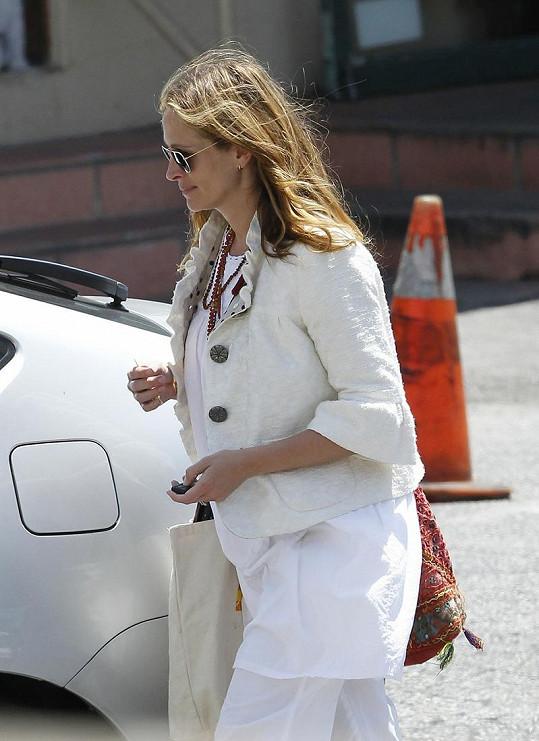 Schovává Julia pod volnými bílými šaty těhotenské bříško?