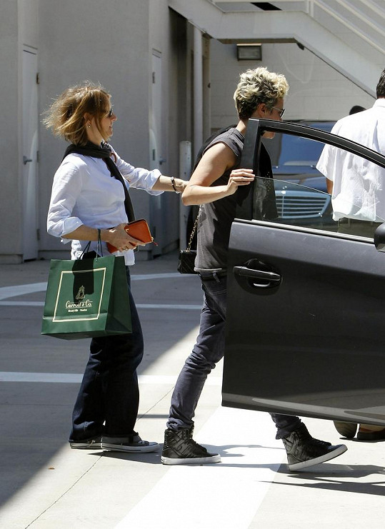 Cydney Bernard (vpravo) nastupuje do auta.