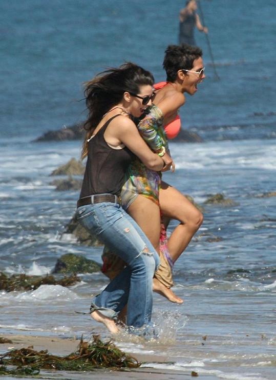 Herečka dováděla s kamarádkou na pláži v Malibu.