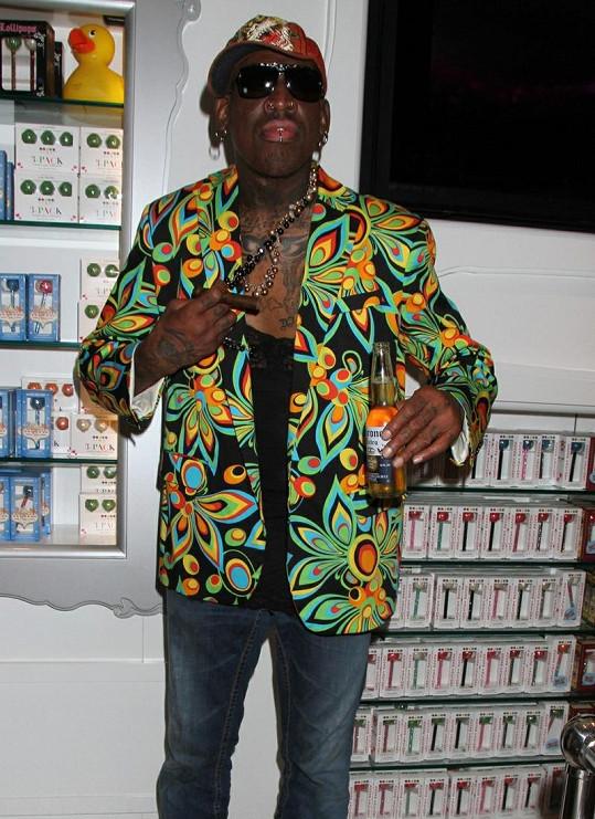 Dennis má rád barevné oblečení.