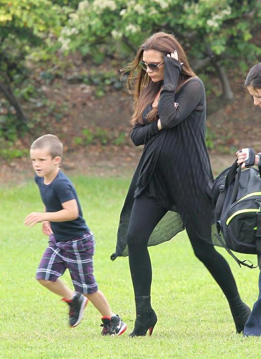 Victoria Beckham si zašla zahrát fotbal s nejmladším synem Cruzem.