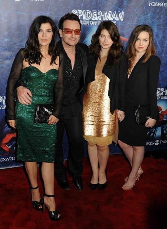 Zleva: Ali Hewson, Bono, Eve Hewson a Jordan Hewson v roce 2011.