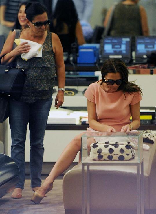 Rozhodla se snad Victoria, že Harper v obchodě na sedačce i přebalí?