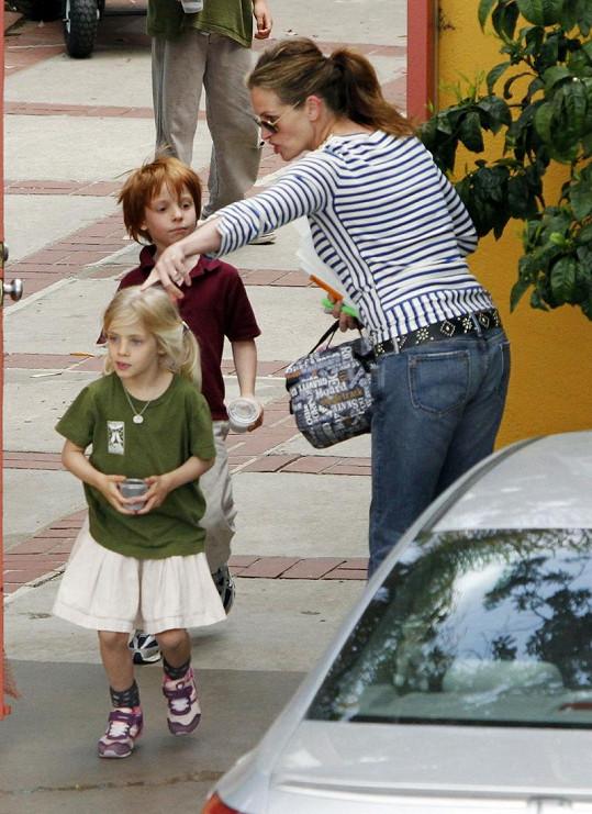 Přísná matka. Julie Roberts letos na jaře se svými dětmi.