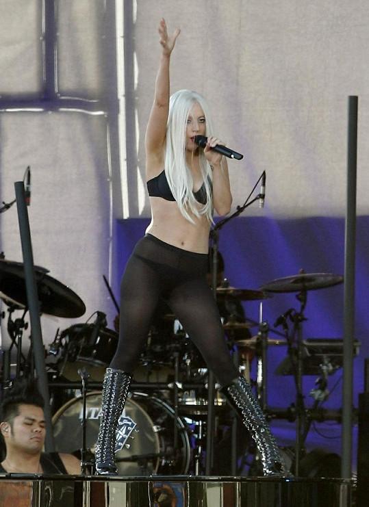 Modely na zkoušky před vystoupením zpěvačka příliš neřeší. Vystačí si se silonkami a spodním prádlem.