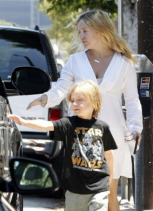 Herečka a syn Ryder odjíždí na oběd.