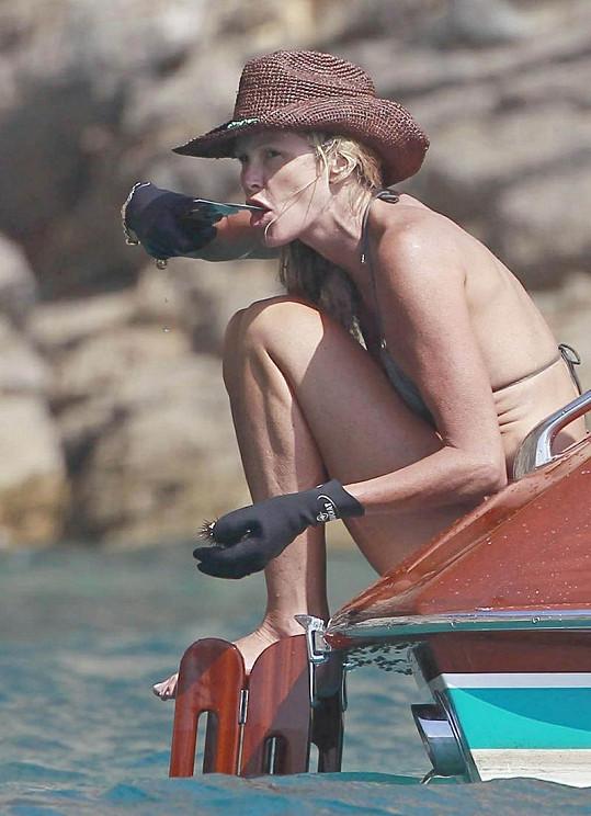 Elle Macpherson konzumovala ježovky přímo na moři.