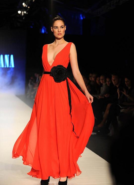 I Táňa Kovaříková občas překvapí výrazně barevným a odvážnějším modelem.