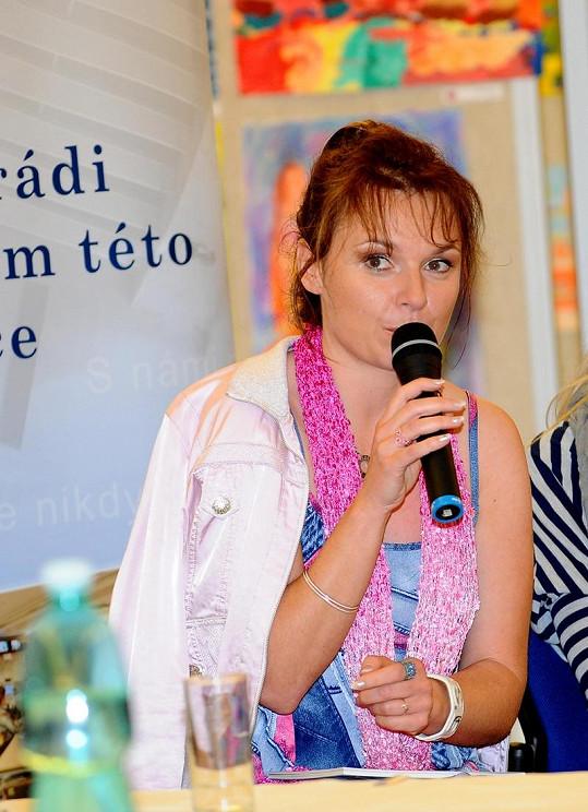 Bára Munzarová už nosí na levém prstíčku prstýnek s kamínkem