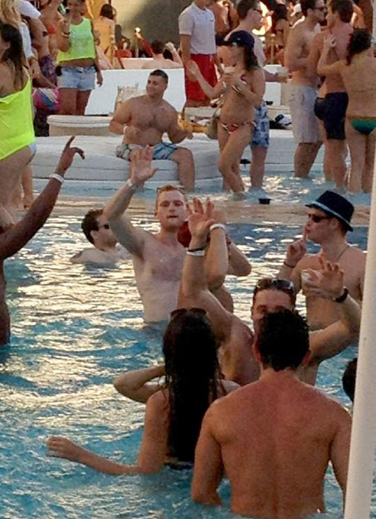 Princ Harry (na snímku v klobouku) na jedné z bazénových párty.