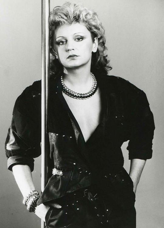 V roce 1987 je Petra poprvé Zlatou slavicí, zpívá chytlavé písničky o lásce a s oblibou nosí kožené modely.