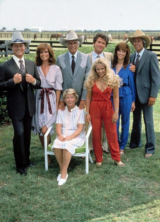 Victoria (v modrém) a její kolegové ze seriálu Dallas.