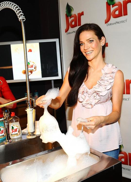 Andrea Verešová předvedla, že jí mytí nádobí není cizí.
