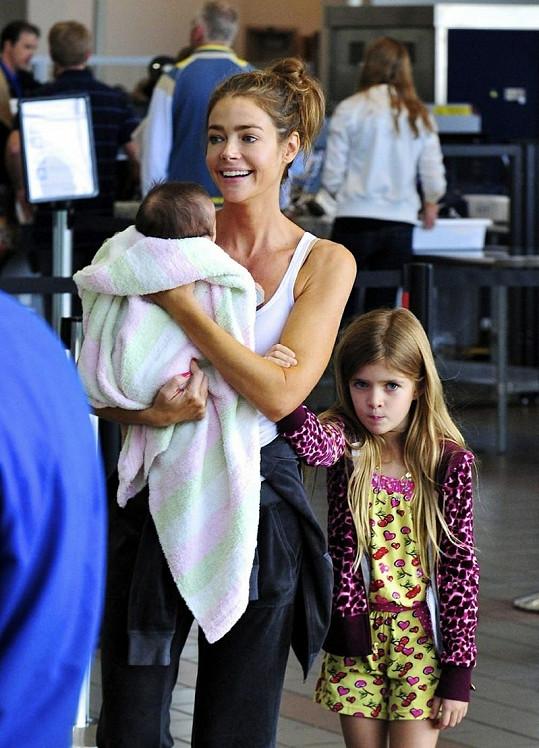 Denise Richards s dcerou Eloise v náručí a sedmiletou Sam J.