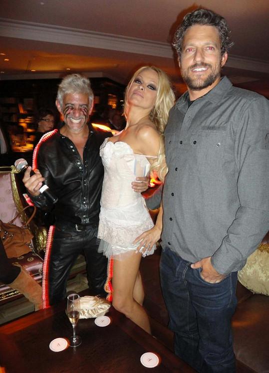Pamela Anderson na diskotéce. Vpravo její partner Jon Rose.