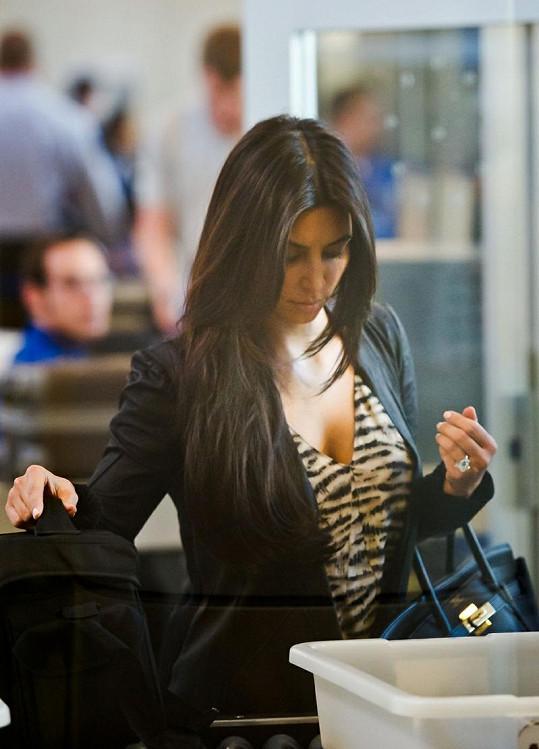 Kim Kardashian se zásnubním prstenem za necelých 35 miliónů korun.