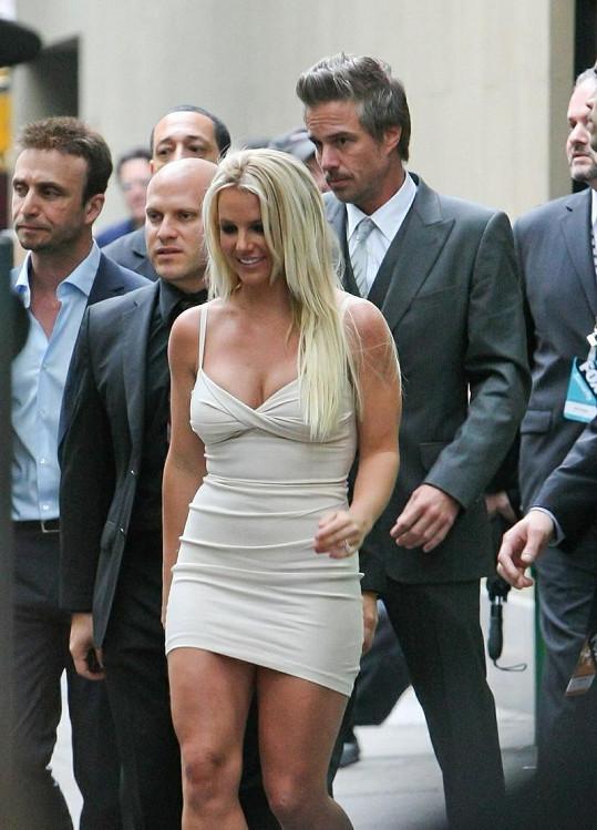 Popovou divu na tiskovku doprovázel její snoubenec Jason Trawick (v bílé košili).