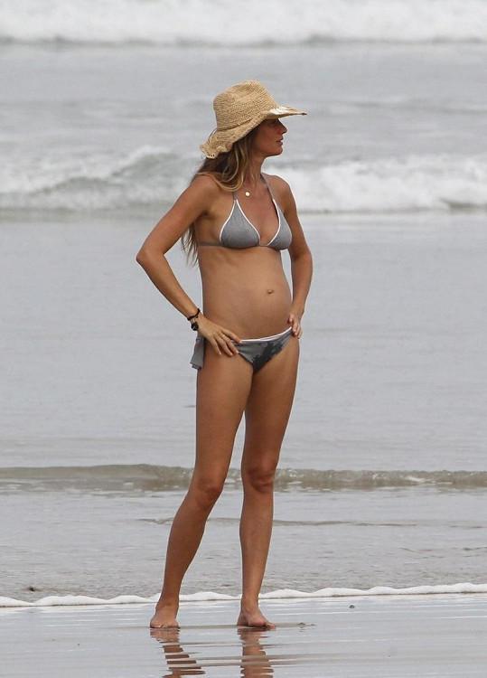 Nastávající maminka Gisele Bündchen na pláži v Kostarice.