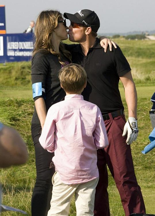 Liz Hurley a Shane Warne svou lásku neskrývají.