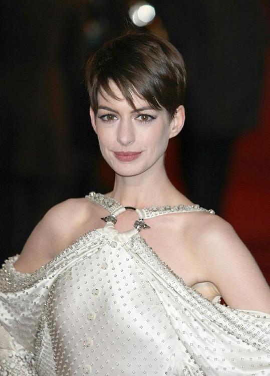 Anne Hathaway na premiéře filmu Bídníci.
