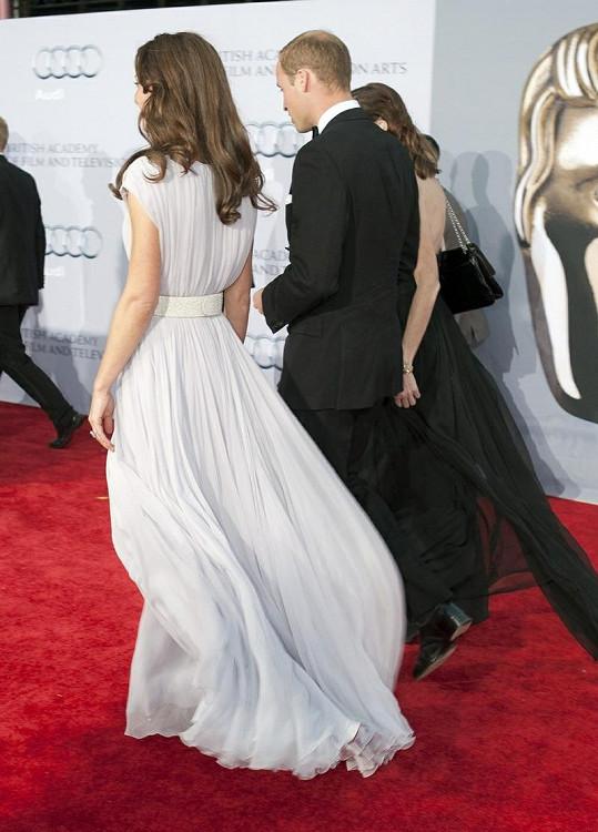 Šaty měly širokou splývavou sukni.