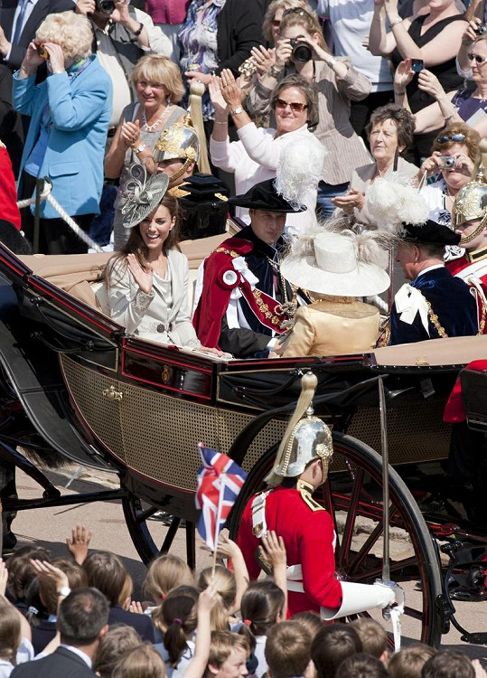 Na slavnostní ceremoniál se přijely podívat tisíce nadšených Britů.