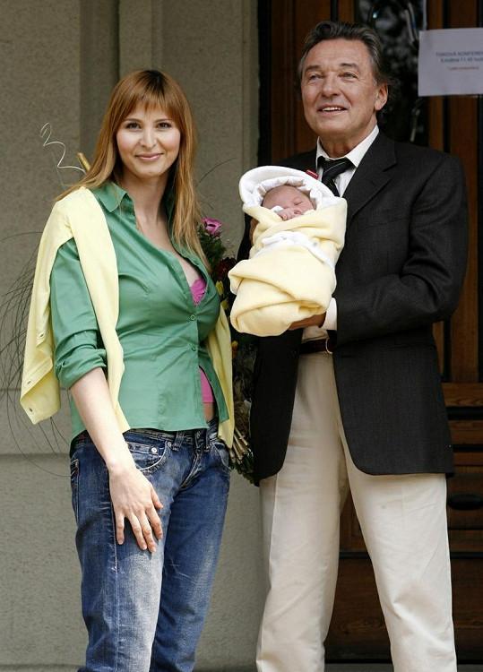 Při odchodu z porodnice se Ivanka s Karlem chlubí dcerou Charlottou.