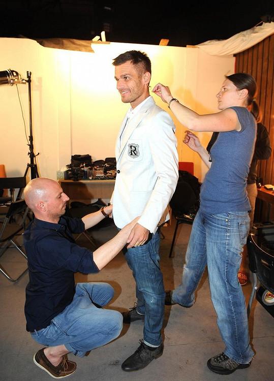 O šatník Leoše se stará jeho dvorní stylista Filip Vaněk, který mimo jiné v Hlase obléká Tinu a kouče.