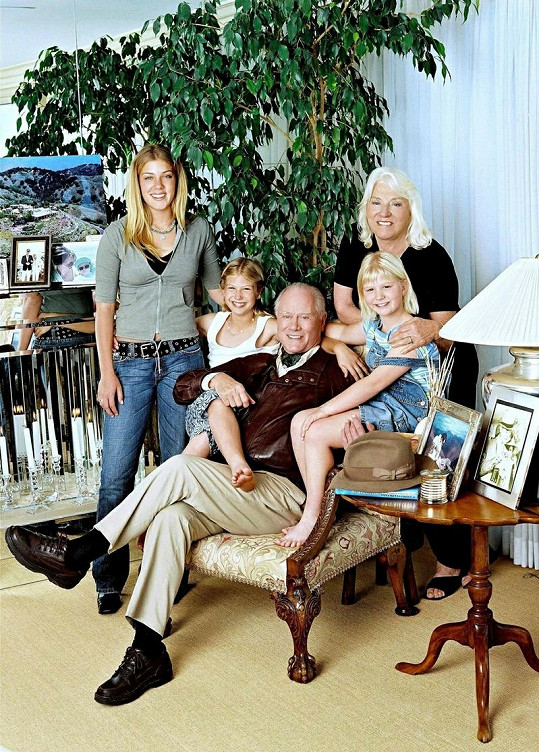 Larry Hagman s manželkou Maj a vnoučaty Noelle, Kayou a Rebeccou. V kruhu rodinném byl úplně nejraději.