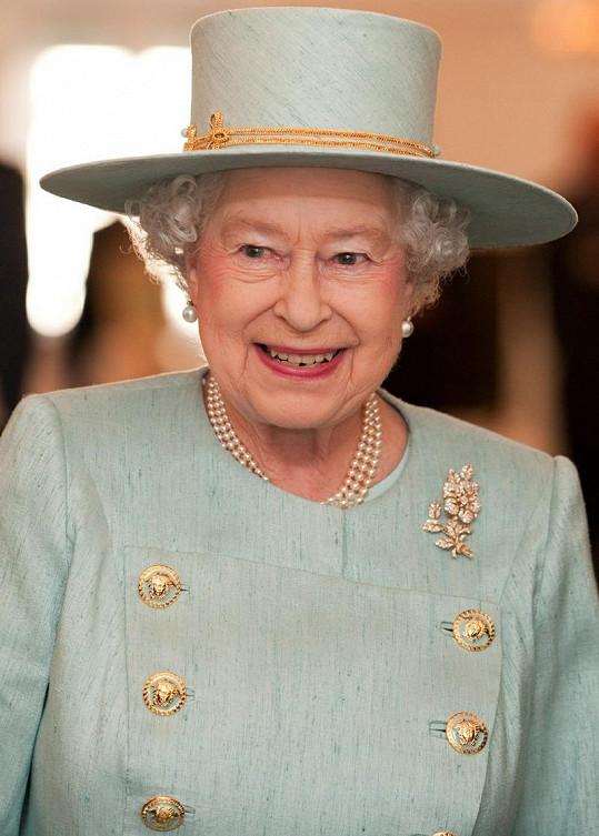 Královna Alžběta II. si obvykle potrpí na svou garderobu.