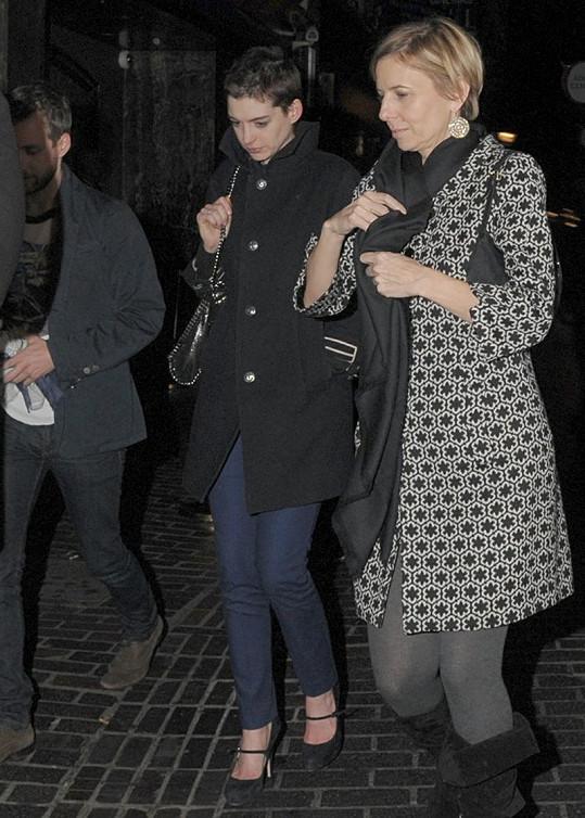 Anne Hathaway radikálně hubne a zkracuje vlasy.
