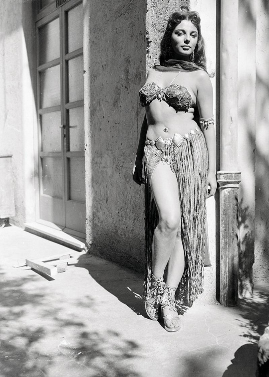 Joan na samém začátku své kariéry ve filmu Země faraonů (1955).