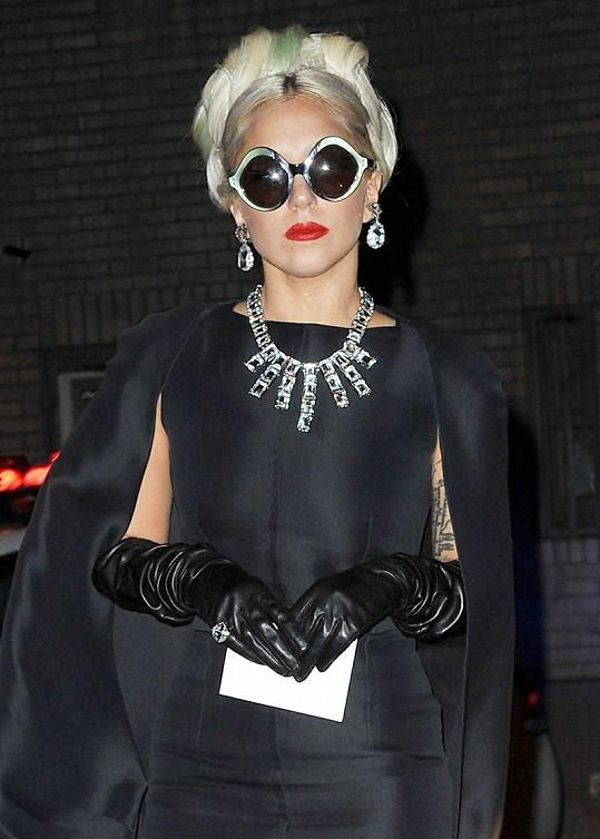 Lady Gaga je chameleon. Jednou připomíná vesmírnou bytost, jindy je za pravou dámu.