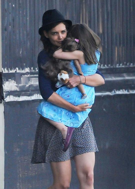 Suri nechtěla nastoupit do vrtulníku a držela se Katie jako klíště.