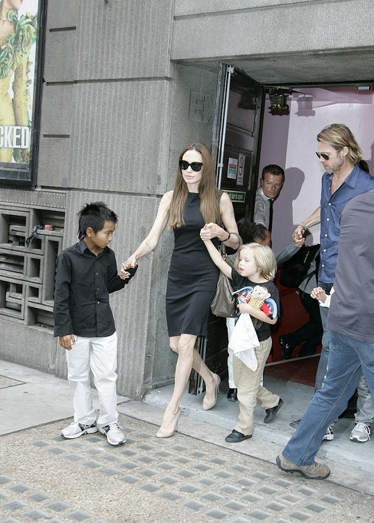 Angelina, Brad a děti po návštěvě muzikálu.