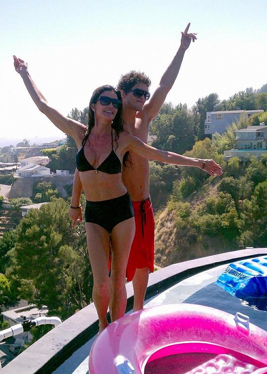 Fotografie z dovolených se svým přítelem Davidem Janice ráda posílá na internet.