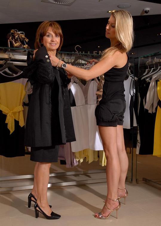 Tereza pomáhala své mámě vybrat oblečení.