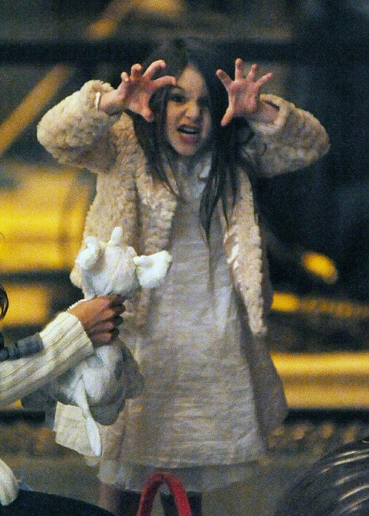 Pětiletá dcera Katie Holmes a Toma Cruise se s fotografy nepáře.